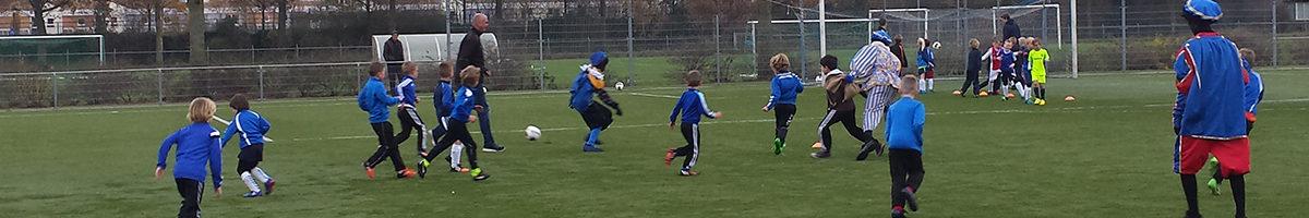Ervaren voetbalpieten verrassen mini's en kabouters op training